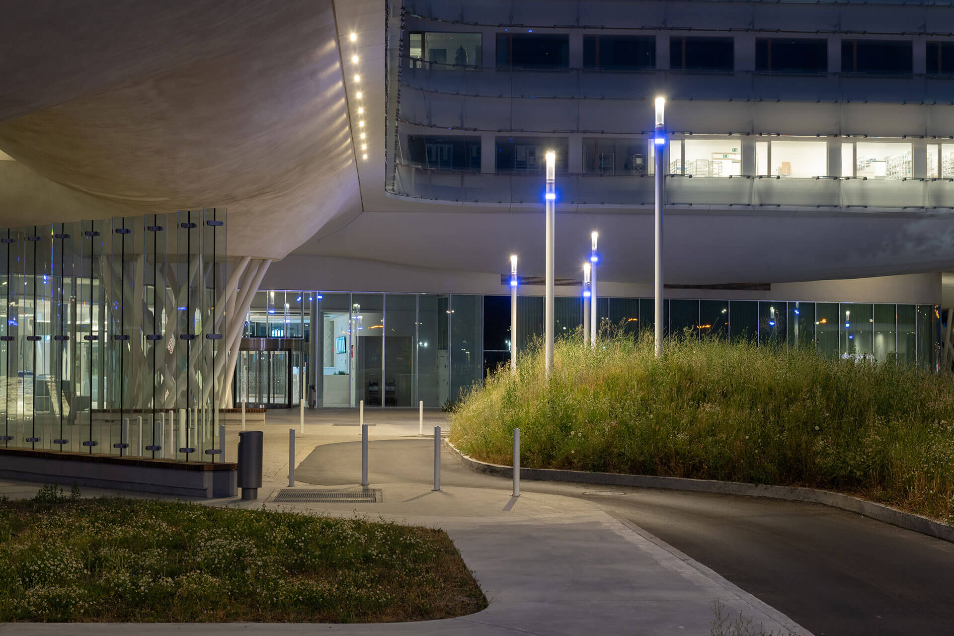 Shuffle smart columns highlight the entrance of AZ Zeno hospital, facilitating access for patients and visitors