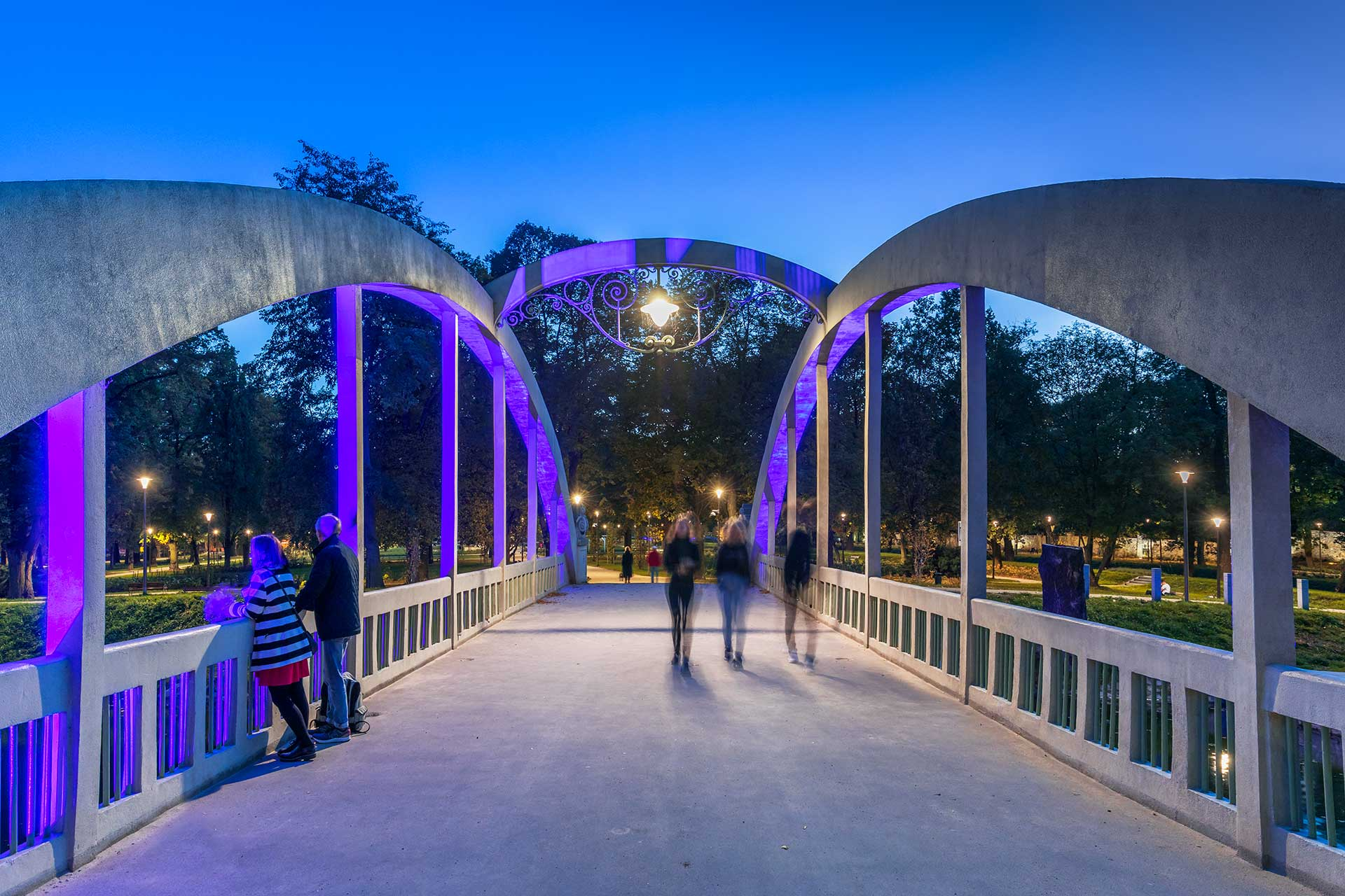 SCULPdot illuminates the bridges in Central Park in Swidnica to create a strong identity