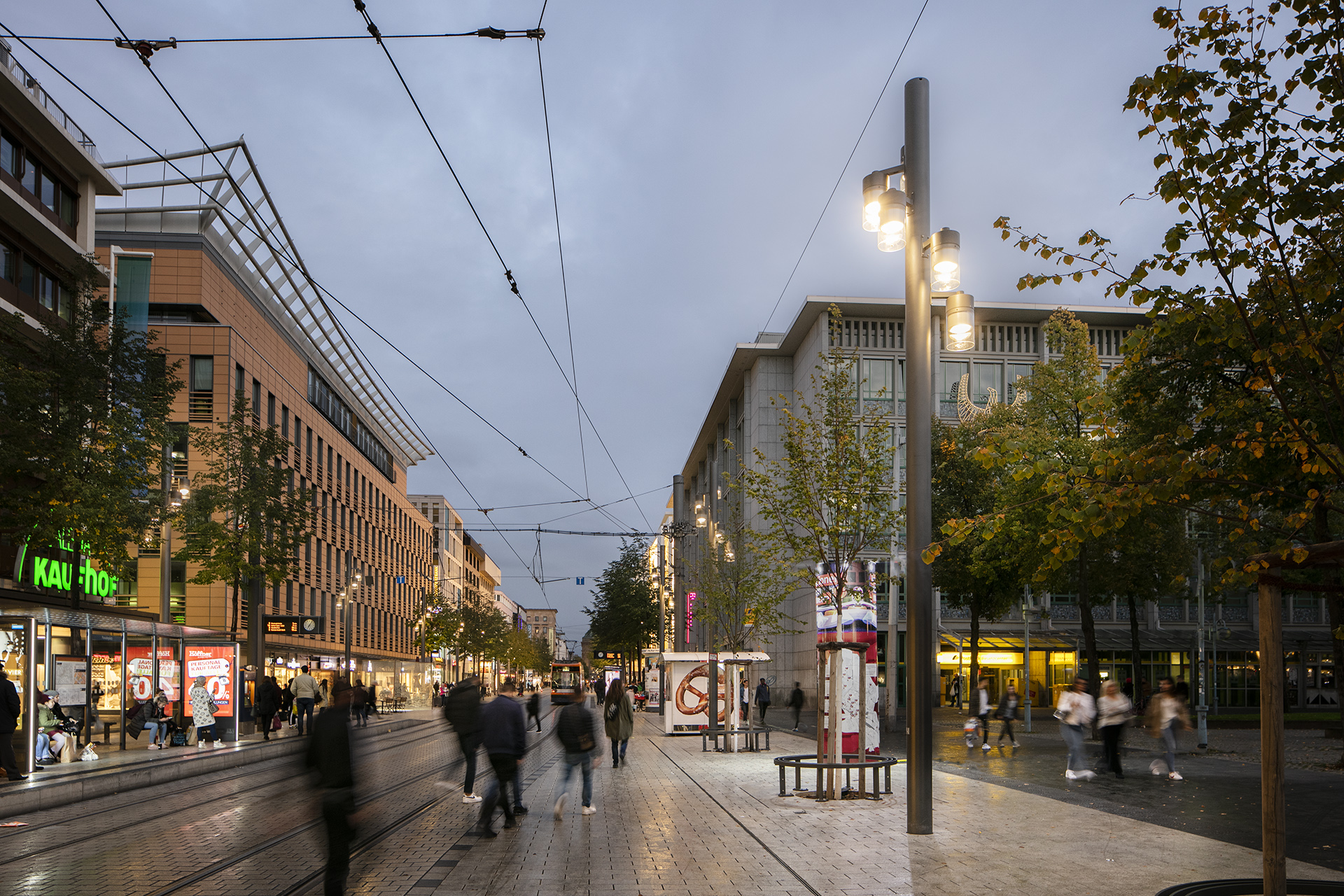 Customised luminaires deliver a warm white light on the Planken to welcome and encourage people to shop into the night
